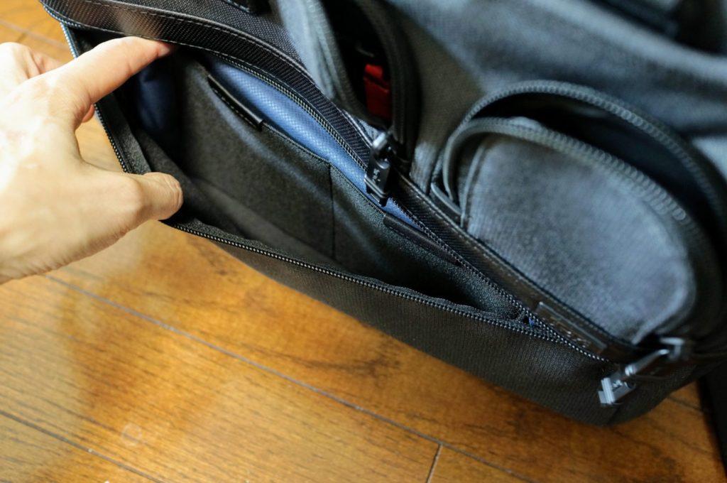 tumi 26141 outsidepocket bottom