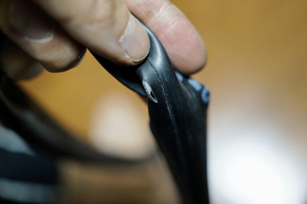 カッターの刃で空いたチューブの穴